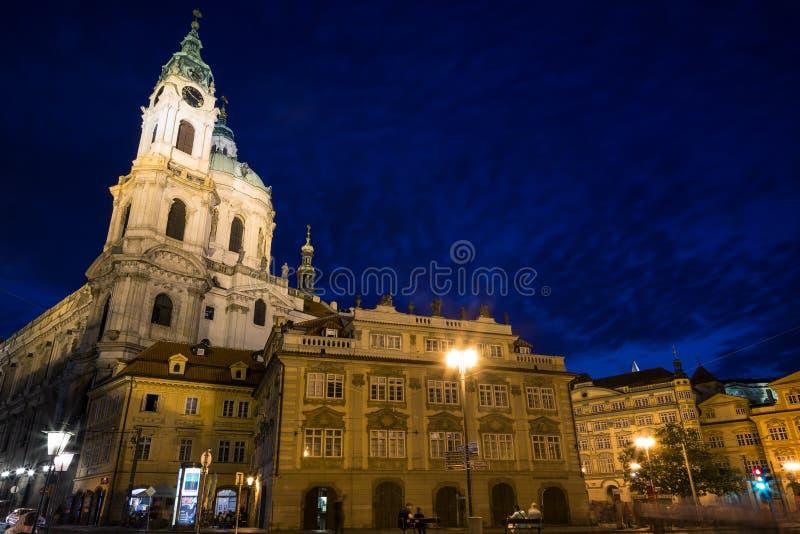 St Nicholas Church a Praga al crepuscolo fotografie stock