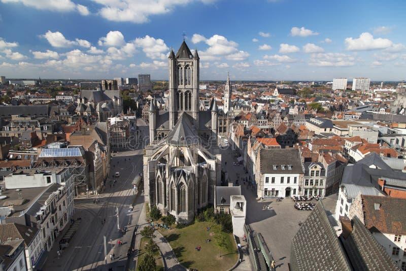 St Nicholas Church y la ciudad vieja de Gante fotos de archivo