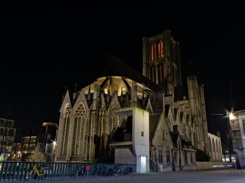 St Nicholas kyrktar, sikten från den tillbaka sidan på natten, Ghent royaltyfri fotografi