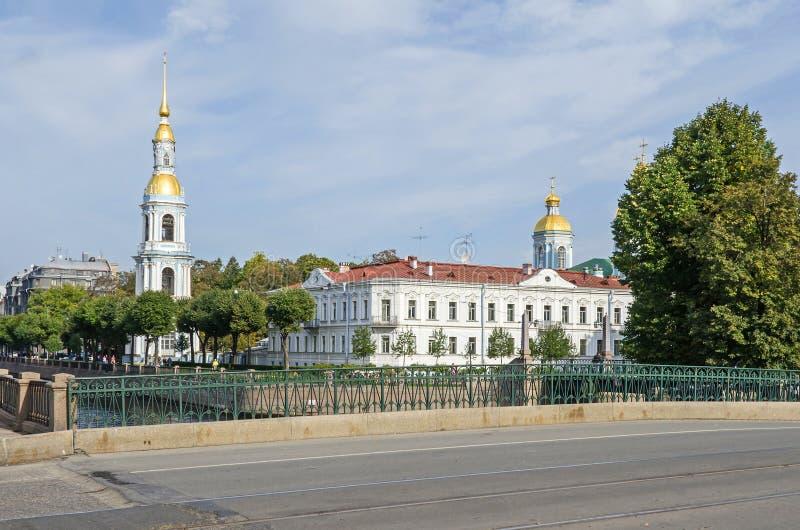 St Nicholas Naval Cathedral com a ponte de Staro-Nikolsky em St Petersburg, Rússia imagem de stock