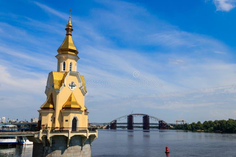 St Nicholas Wondermaker kerk op het water in Kiev stock afbeelding