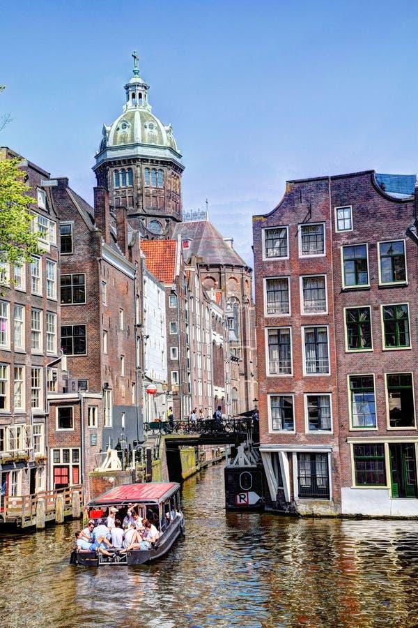 St Nicolaas Church och Zeedijk Chanel Houses Amsterdam på våren royaltyfri bild