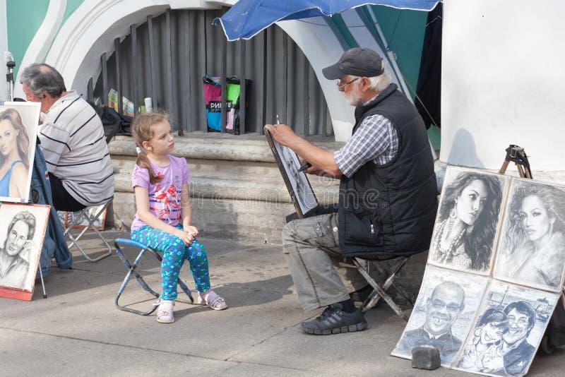 Download St PÉTERSBOURG, RUSSIE 4 JUILLET : L'artiste De Trottoir Dessine Des Portraits Image éditorial - Image du papier, support: 56475455