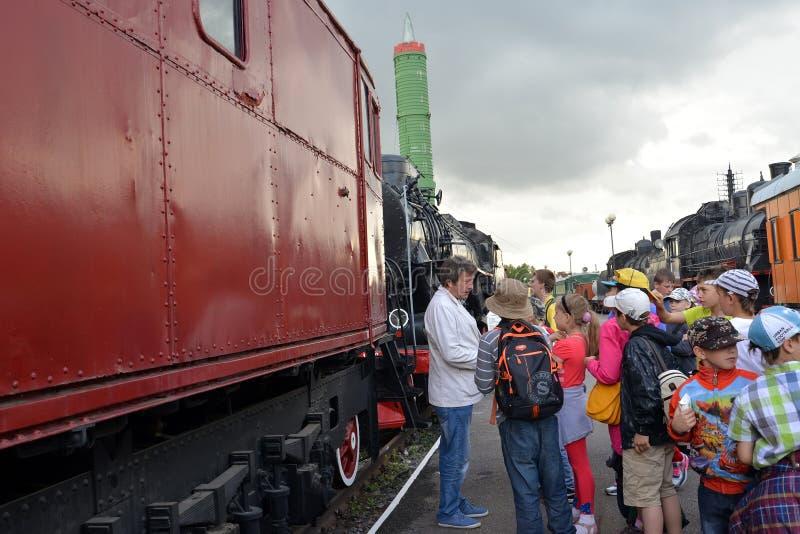 St Pétersbourg, Russie Le groupe d'excursion d'école écoute le guide sur la plate-forme image stock