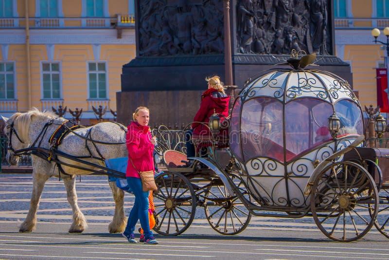 St PÉTERSBOURG, RUSSIE, LE 2 MAI 2018 : Vue extérieure des chevaux de chariot sur le fond de la cathédrale du ` s de St Isaac, av images libres de droits