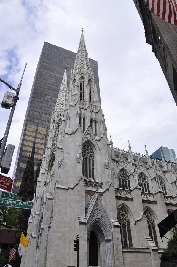 St Patrick Cathedral Silhouette do Midtown Manhattan em New York City no Estados Unidos fotos de stock royalty free