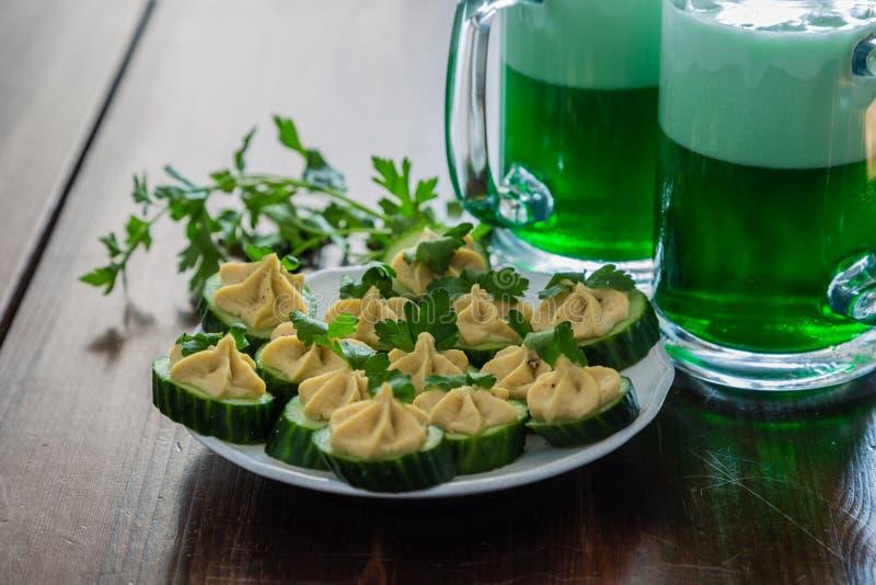 St Patrick dagpartij - groene bier en voorgerechten stock foto