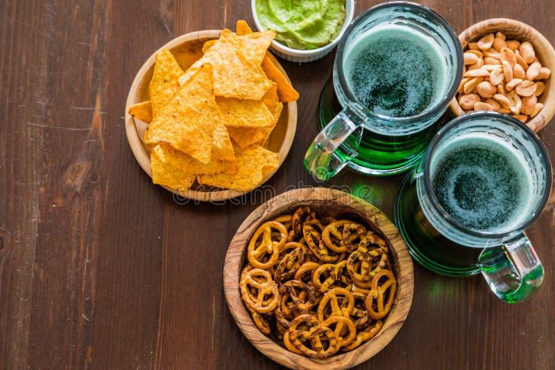 St Patrick dagpartij - groene bier en voorgerechten stock fotografie