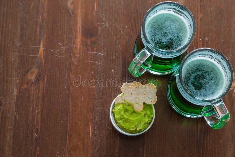 St Patrick dagpartij - groene bier en voorgerechten royalty-vrije stock fotografie