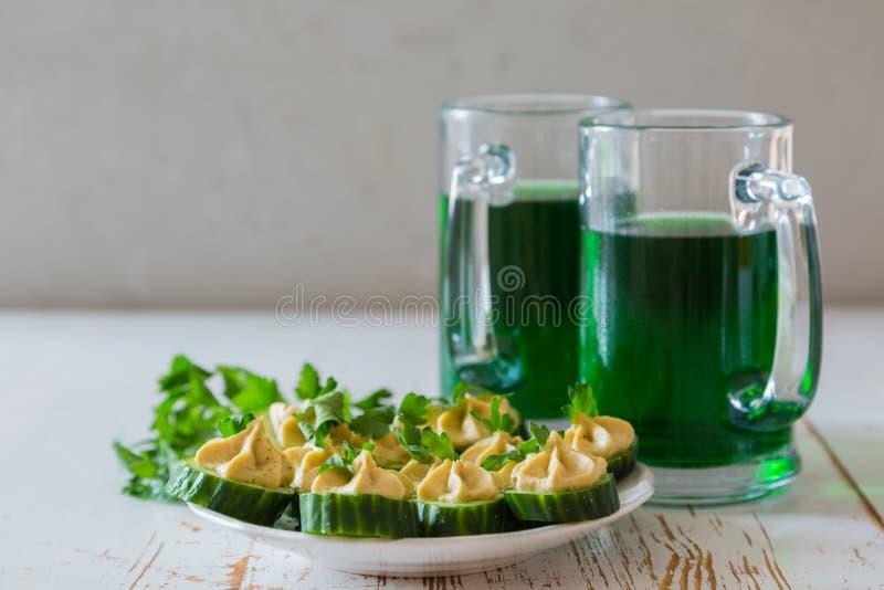 St Patrick dagpartij - groene bier en voorgerechten royalty-vrije stock afbeelding