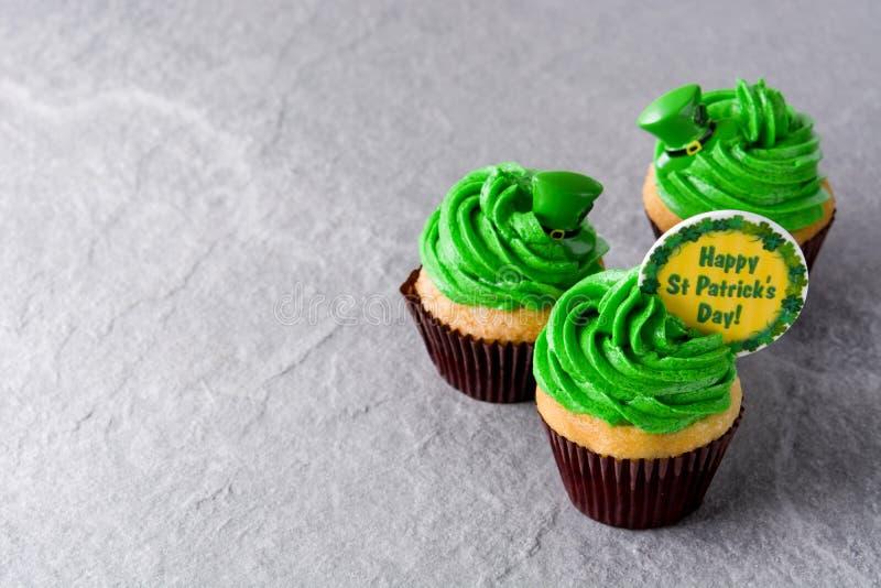 St Patrick dnia babeczki na szarym tle zdjęcie royalty free