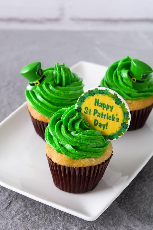 St Patrick dnia babeczki na szarym tle fotografia stock
