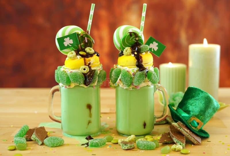 St Patrick dnia trendu wakacje pokraka trząść z cukierkiem i lizakami obrazy stock