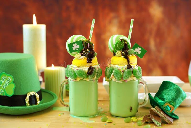 St Patrick dnia trendu wakacje pokraka trząść z cukierkiem i lizakami zdjęcie stock