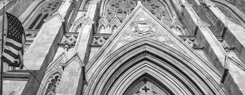 St Patrick Katedralna fasada przy nocą, fifth avenue - Nowy Jork Ci obraz stock