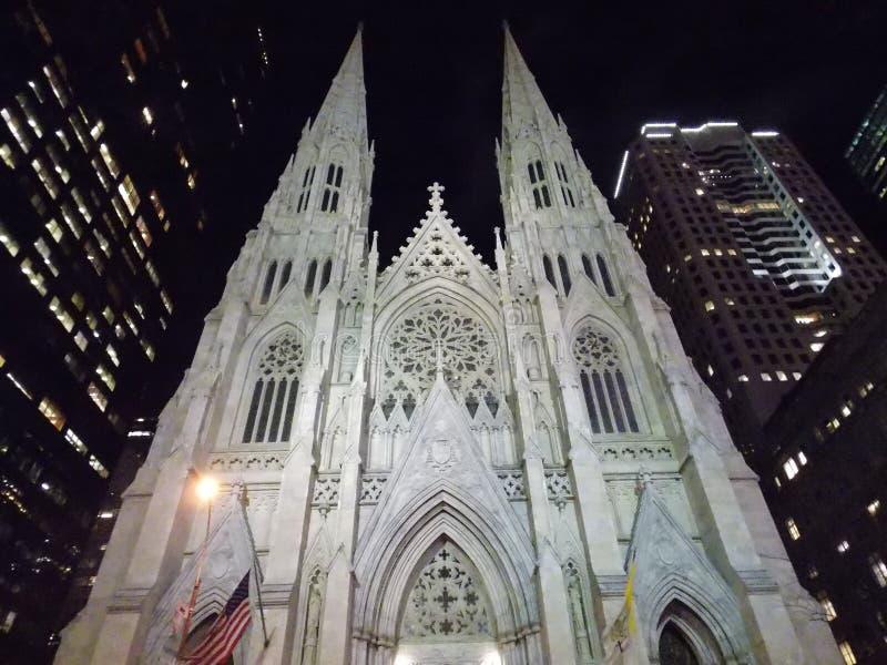St Patrick Kathedrale nachts lizenzfreie stockfotografie