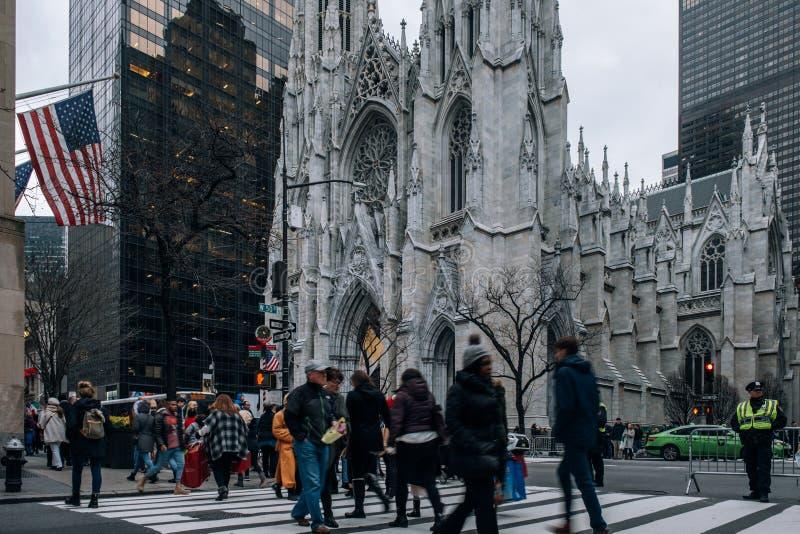 St Patrick Kathedralenstraßenbild im Midtown Manhattan Hochragende Neo-gotische Kirche ab 1879 mit Doppelhelmen u. berühmt stockbild
