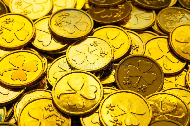 st patrick s дня предпосылки Золотые монетки с shamrock под мягкой солнечностью, концепцией дня St. Patrick праздничной стоковые фото