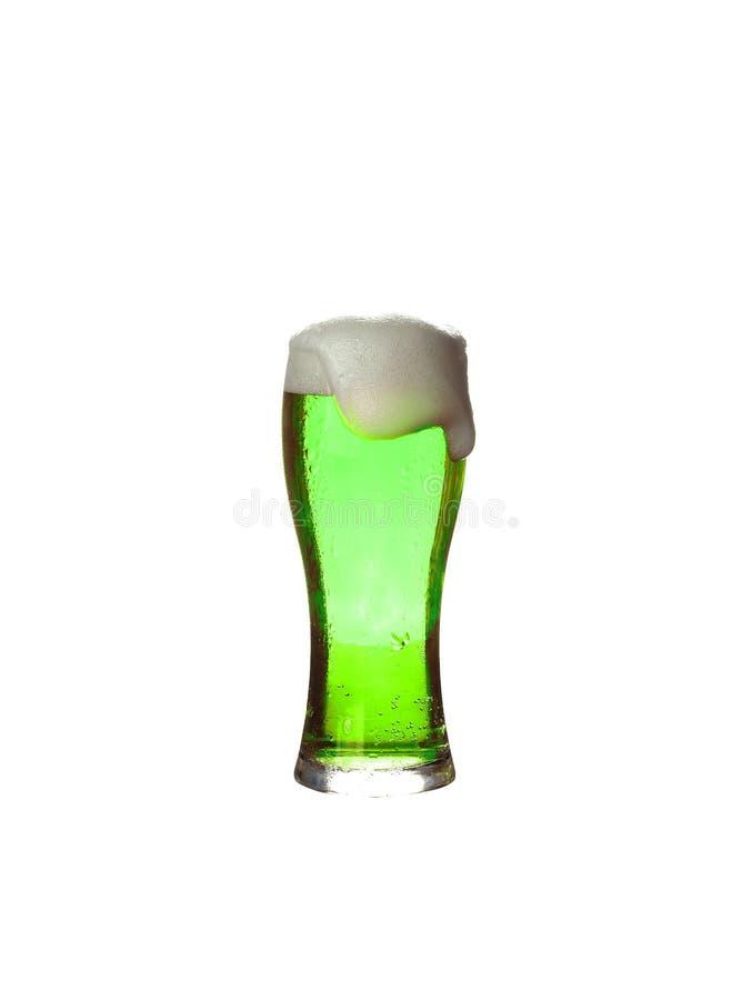 St Patrick ` s dag Een glas groen bier op een witte achtergrond Oktoberfestglas licht die bier op witte achtergrond wordt geïsole stock foto's