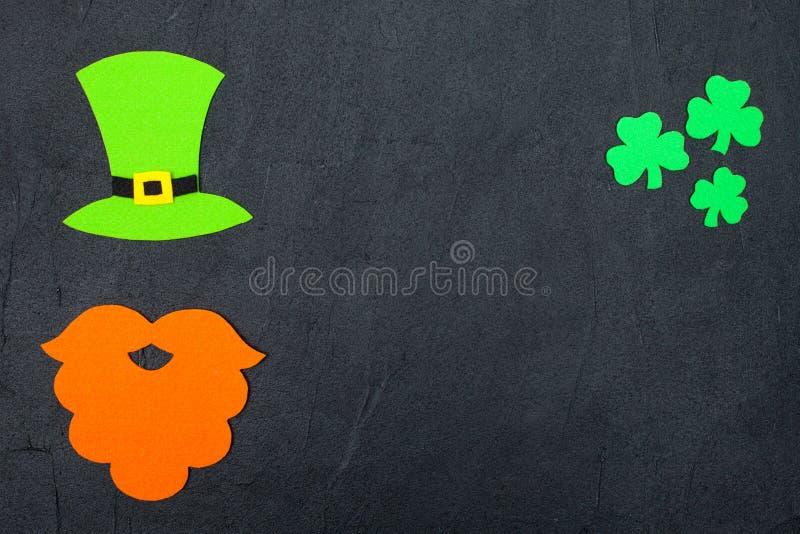 St Patrick ` s de kleurrijke horizontale banner van het Dagthema Groene van de van de kabouterhoed, baard en klaver bladeren op z stock foto
