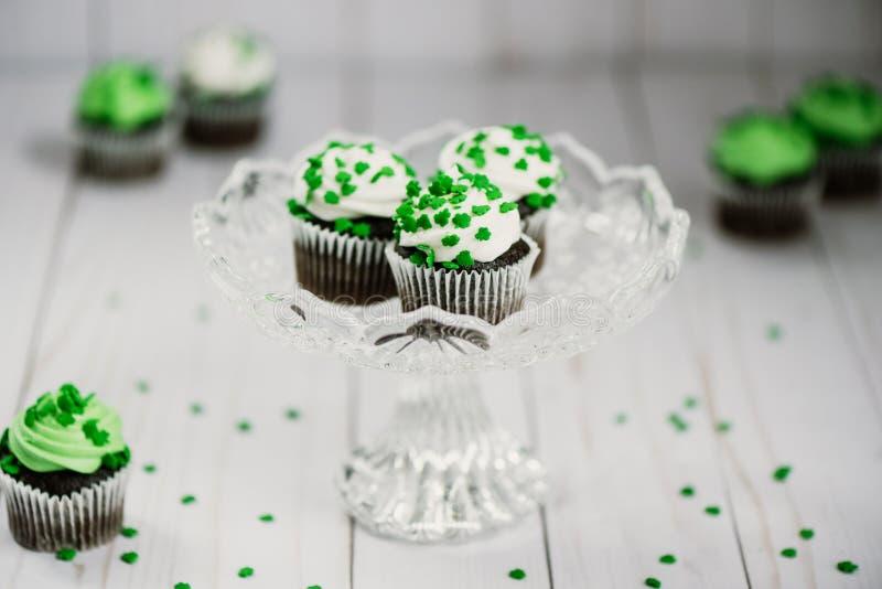 St Patrick ` s dnia czekoladowe babeczki z zielonymi shamrock cukierkami zdjęcia royalty free