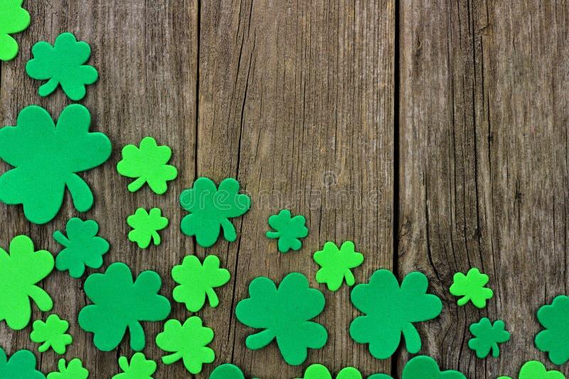 St Patricks天三叶草角落边界在土气木头的 图库摄影