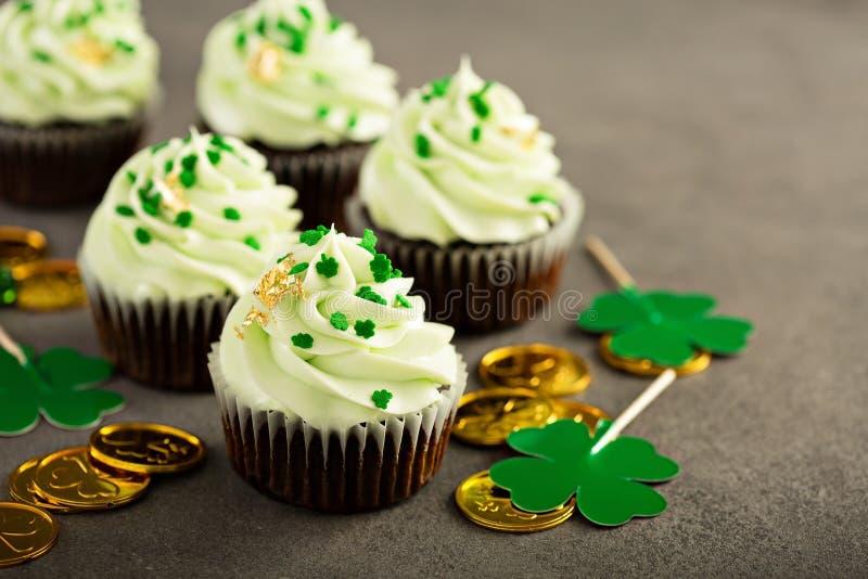 St Patricks天巧克力薄菏杯形蛋糕 图库摄影