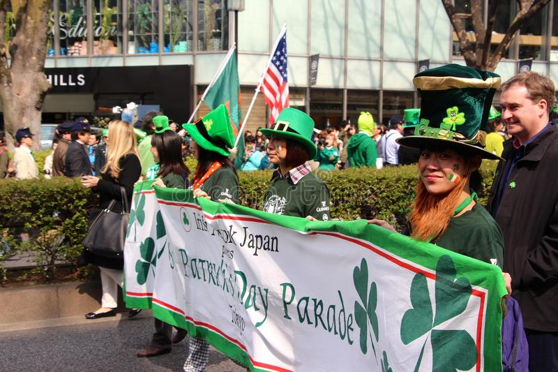 St Patricks天游行在繁忙的街市东京 免版税库存图片