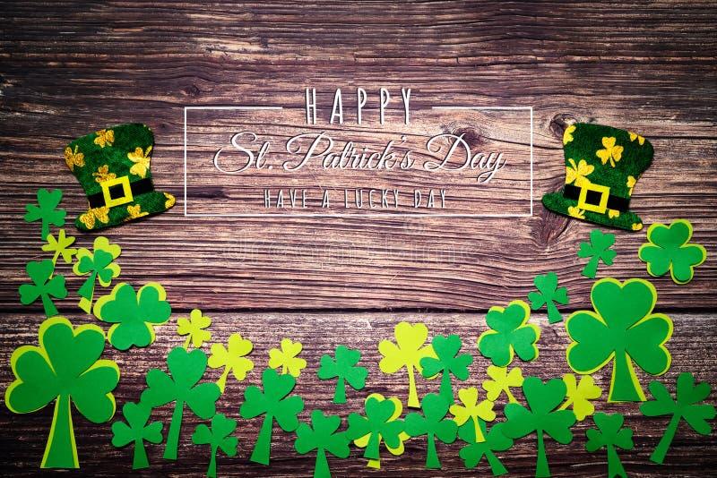 St Patricks Dag, gouden muntstukken, feestelijke hoed en groene Klavers met de dag van heilige patricks het van letters voorzien  royalty-vrije stock foto