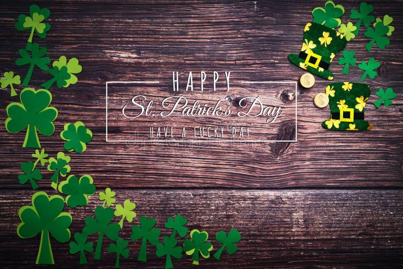 St Patricks Dag, gouden muntstukken, feestelijke hoed en groene Klavers met de dag van heilige patricks het van letters voorzien  stock afbeeldingen