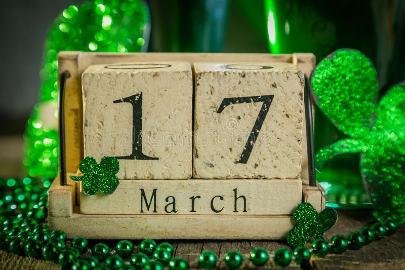 St Patricks dagconcept - groene bier en symbolen royalty-vrije stock afbeeldingen