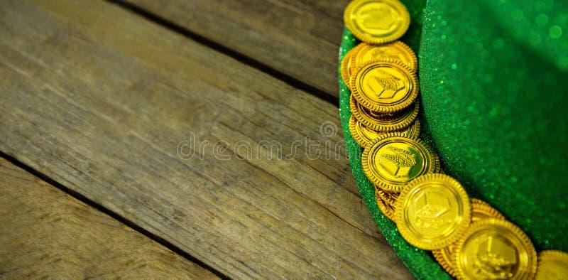 St Patricks de hoed van de Dagkabouter met gouden chocolade gouden muntstukken royalty-vrije stock foto