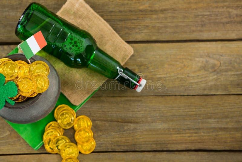 St Patricks dnia shamrock, flaga, piwna butelka i garnek, wypełnialiśmy z czekoladowymi złocistymi monetami obrazy stock