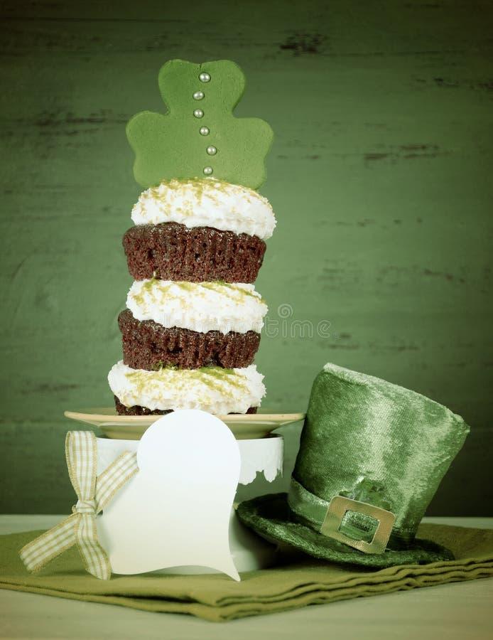 St Patricks groene drievoudige cupcake van de Dagklaver - retro stijl royalty-vrije stock afbeeldingen