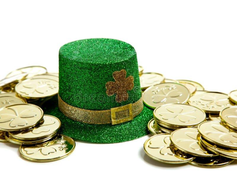 St. Patricks het Decor van de Dag met Gouden muntstukken en een hoed stock foto