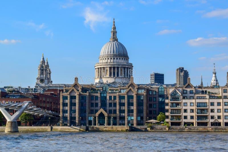 St Paul & x27; catedral de s e ponte do milênio no verão foto de stock royalty free