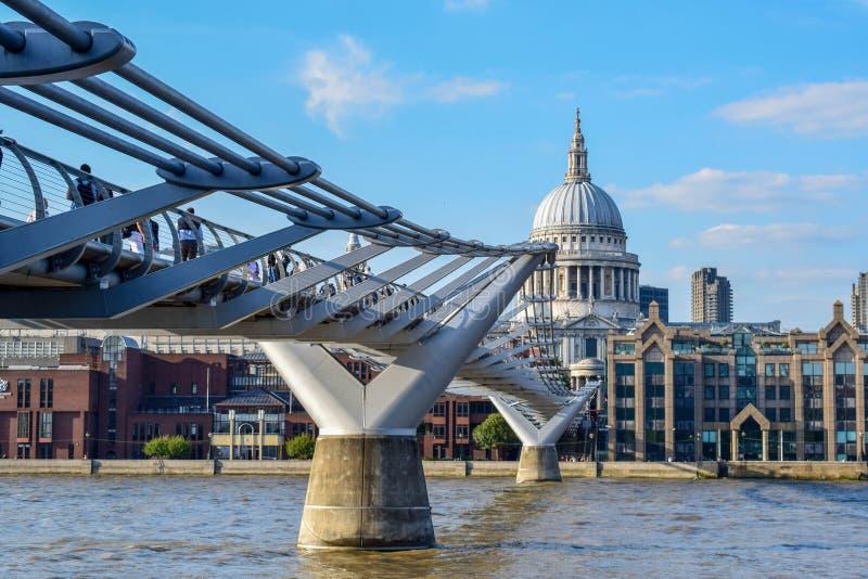St Paul & x27; catedral de s e ponte do milênio no verão imagens de stock royalty free