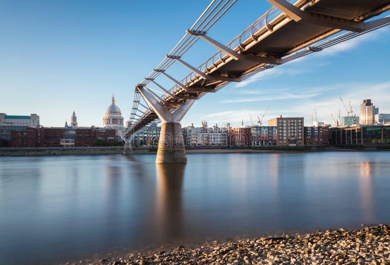 St Paul Cathedral en Millenniumbrug, Londen, het UK stock foto