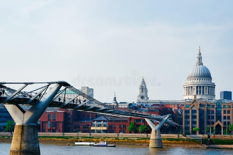 St Paul Cathedral y puente del milenio sobre el río Támesis Londres foto de archivo