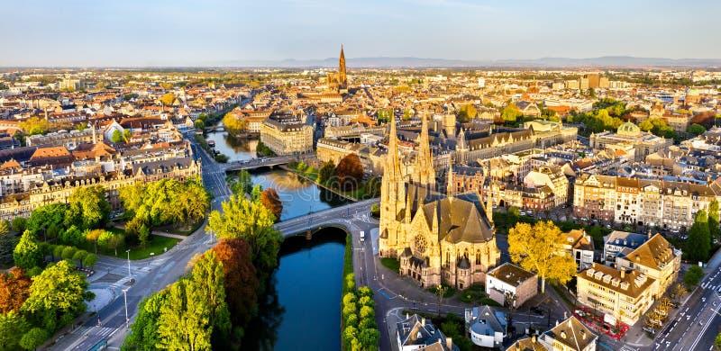 St Paul Church och Strasbourg domkyrka - Alsace, Frankrike royaltyfria bilder