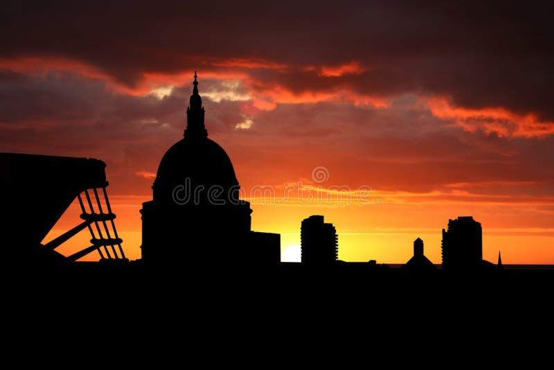 St Paul kathedraal bij zonsondergang royalty-vrije illustratie