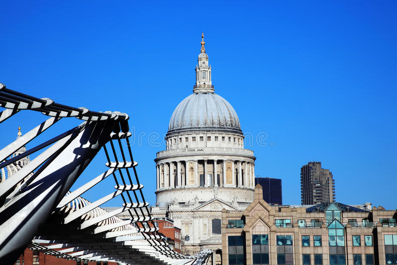 St Paul Kathedraal en de Millenniumbrug stock fotografie