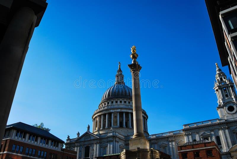 St Paul Kathedraal en Onze Vader Vierkante Kolom stock foto
