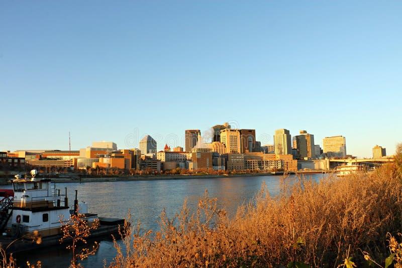 St Paul River Front e orizzonte sopra il fiume Mississippi fotografia stock