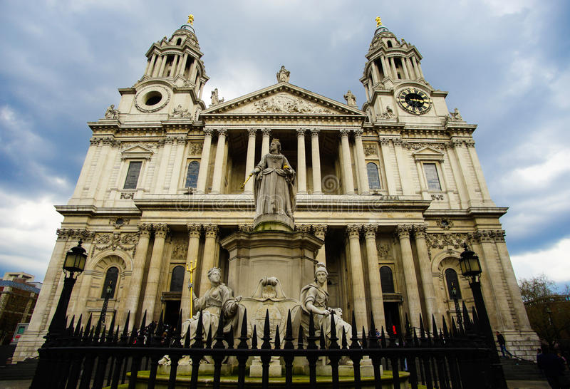 St. Paul Cathedral and Statue of Queen Anne royalty free stock images