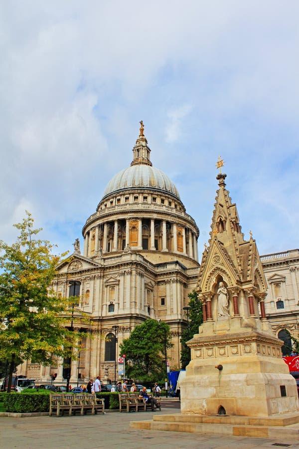 St Paul ` s katedra i pić fontanna Londyn Anglia obraz royalty free