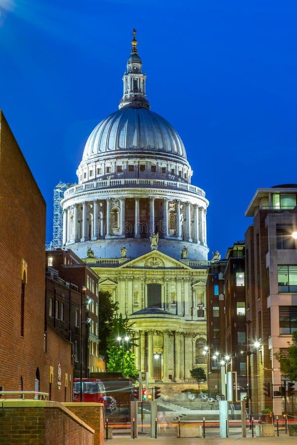 St- Paul` s Kathedrale in London nachts stockbilder