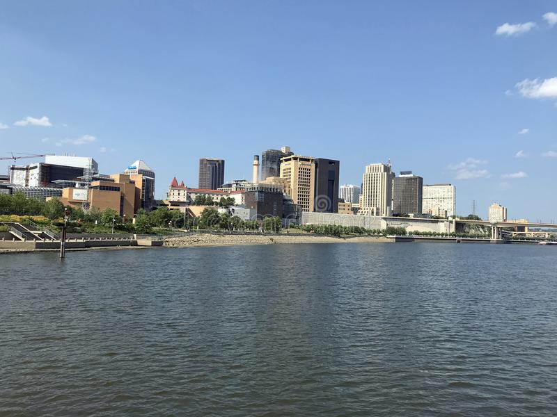 St Paul Skyline dal Mississippi immagini stock libere da diritti