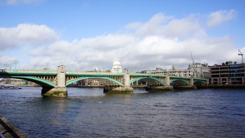 St Pauls和southwark桥梁在伦敦 库存图片