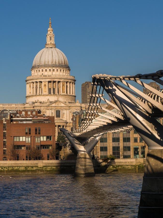 St Pauls大教堂和千年桥梁,伦敦 免版税库存图片